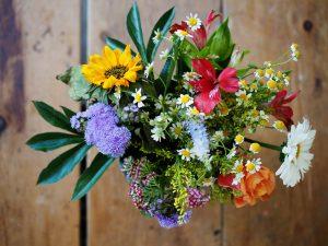 Bos bloemen bij onderzetters